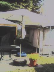 2 weiße Sonnenschirme