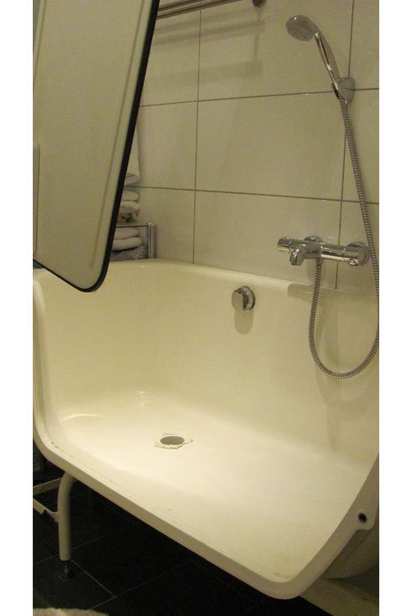 medizinische hilfsmittel rollst hle badewanne mit t r komplett mit frontverkleidung. Black Bedroom Furniture Sets. Home Design Ideas