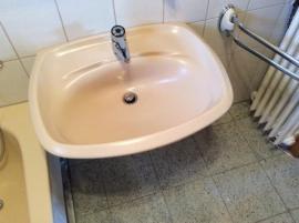 badewanne und waschtisch sehr guter zustand. Black Bedroom Furniture Sets. Home Design Ideas