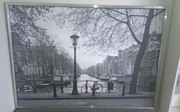 gro es schwarz wei bild mit silbernem rahmen von ikea amsterdam mit rotem fahrrad 140x100cm. Black Bedroom Furniture Sets. Home Design Ideas