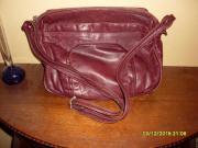 Damenlederhandtasche im dunkel-
