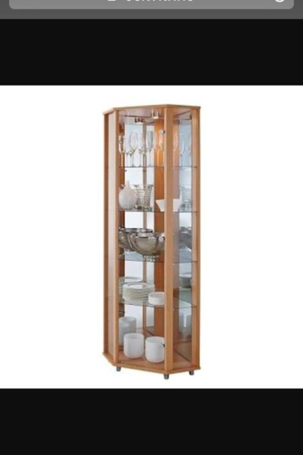 robuste und abschlie bare eckvitrine mit 3 verstellbaren glasb den und eingabauter halogenspot. Black Bedroom Furniture Sets. Home Design Ideas