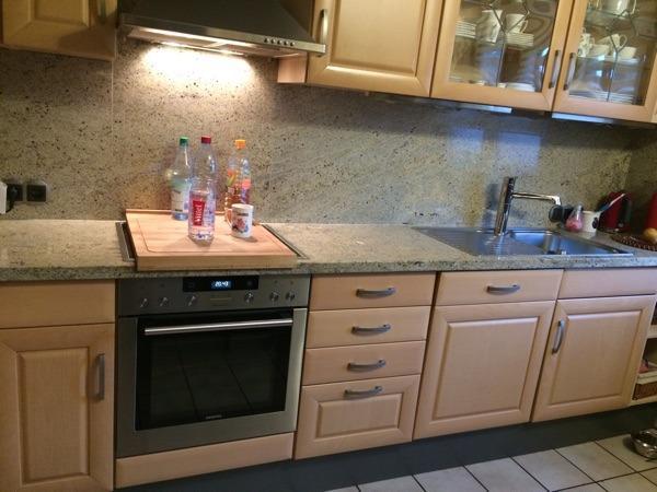 Gebrauchte , aber sehr gut erhaltene Einbauküche ohne Elektrogeräte, mit Granitplatten. Die ...