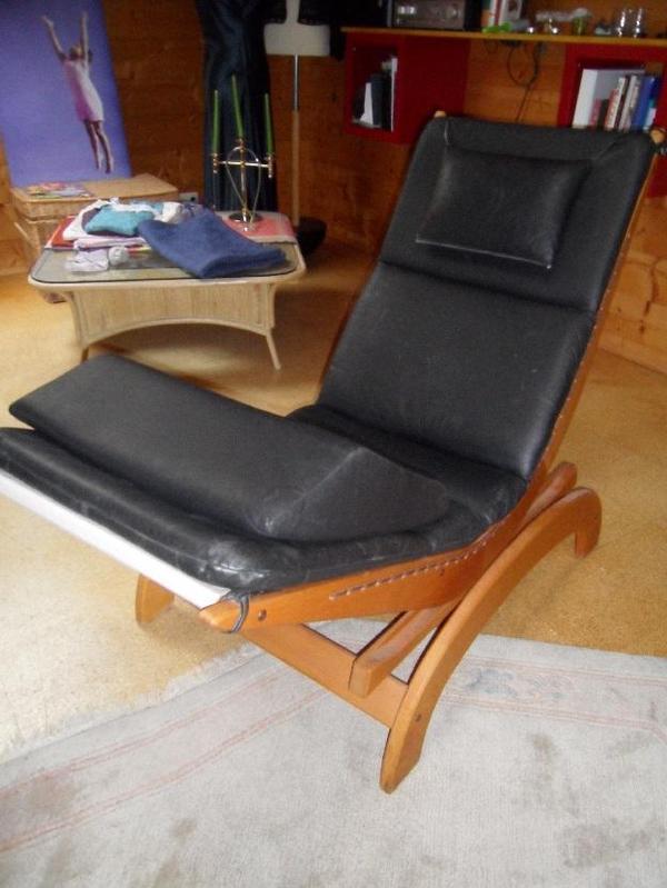 eine swecco schaukelliege aus holz mit lederauflage in. Black Bedroom Furniture Sets. Home Design Ideas