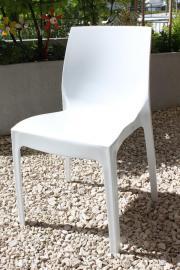 Elegante Kunststoffstühle