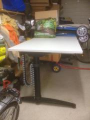 Elektrisch höhenverstellbarer Schreibtisch,