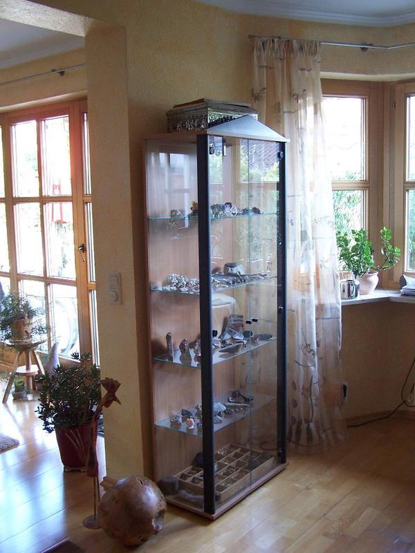 glasvitrine mit beleuchtung buche schwarz in feucht. Black Bedroom Furniture Sets. Home Design Ideas