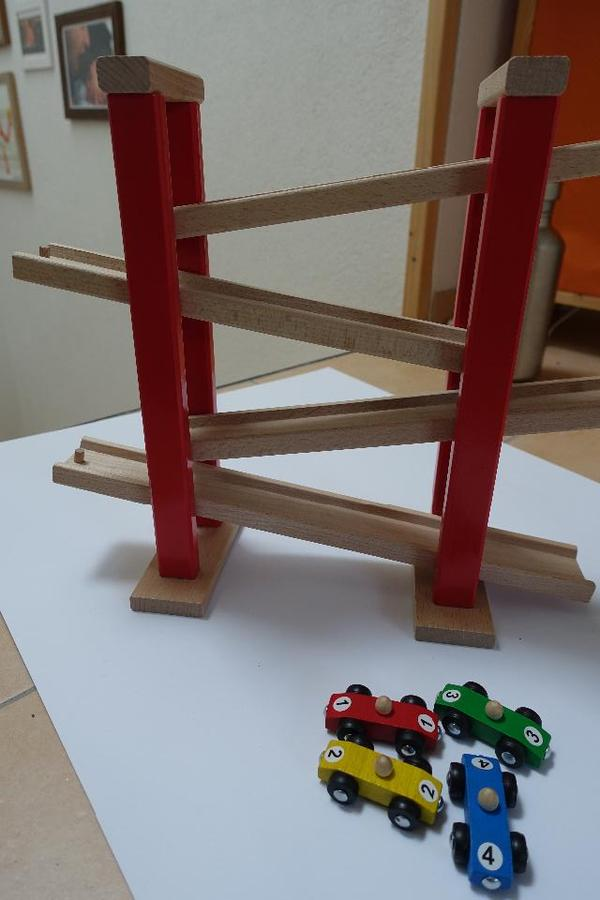 ich biete eine holz autorennbahn von heros inkl 4 autos an die bahn ist in einem. Black Bedroom Furniture Sets. Home Design Ideas