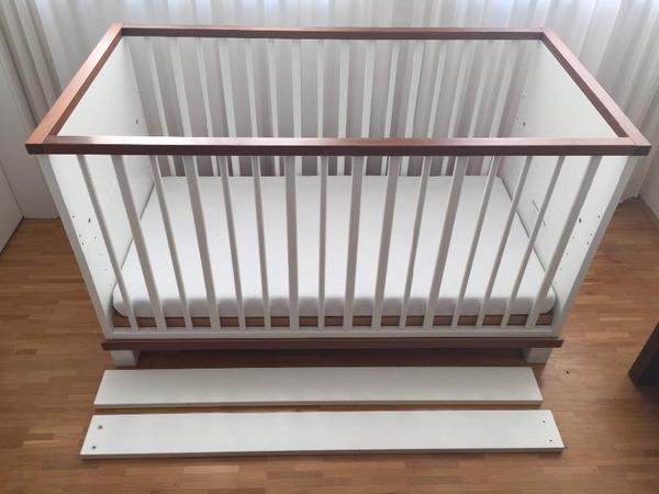h lsta casalino baby kinderbett in lack polarweiss nu baum beidseitig mit gitterst ben. Black Bedroom Furniture Sets. Home Design Ideas
