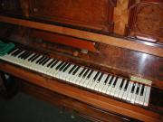 Klavier mit Wurzelholzintarsien