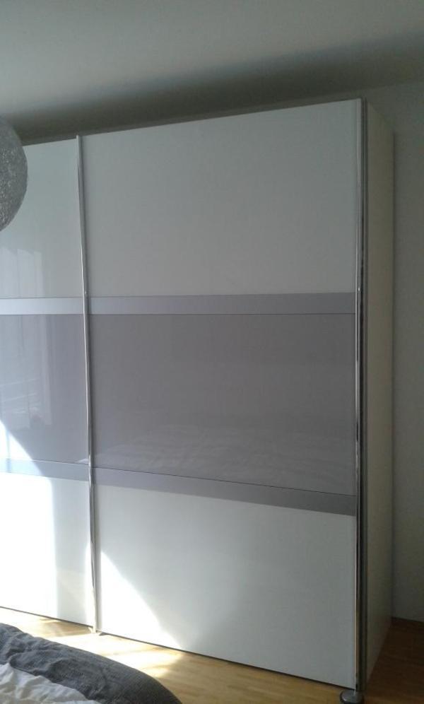 kleiderschrank 2 t rig mit glasfronten neuwertig in. Black Bedroom Furniture Sets. Home Design Ideas