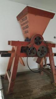 Obstmühle und Holzwagen
