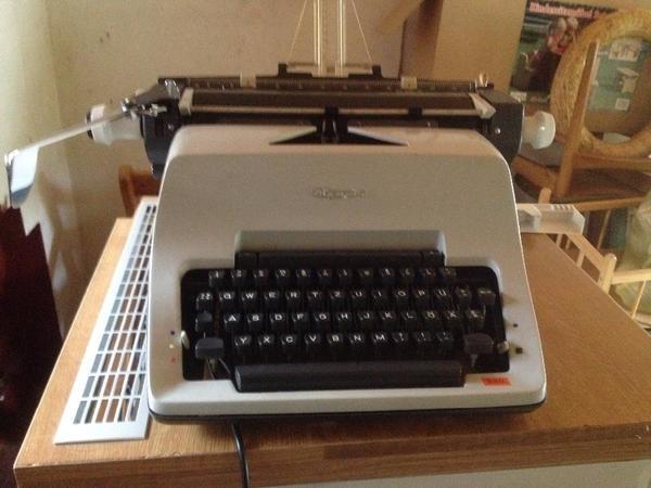 olympia koffer schreibmaschine kaufen gebraucht oder neu. Black Bedroom Furniture Sets. Home Design Ideas