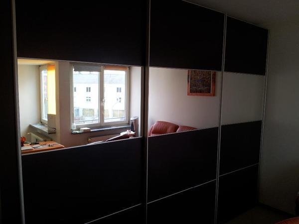 ich biete ihnen einen gro en schwarzen schlafzimmerschrank. Black Bedroom Furniture Sets. Home Design Ideas