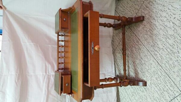 Biete hier ein Schreibtisch aus Holz mit einer gro?en Schublade und ...