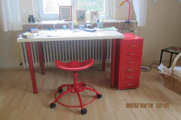 schreibtisch f r jugendzimmmer mit traktorstuhl und rotem schubladenelement f r jungs und. Black Bedroom Furniture Sets. Home Design Ideas