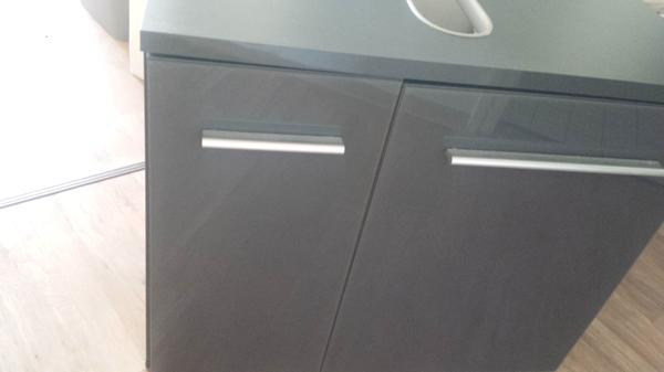 biete hier zum verkauf ein waschbecken unterschrank in grau mit glanz front neu nur ausgepackt. Black Bedroom Furniture Sets. Home Design Ideas