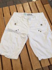 Weiße Sommer-Shorty