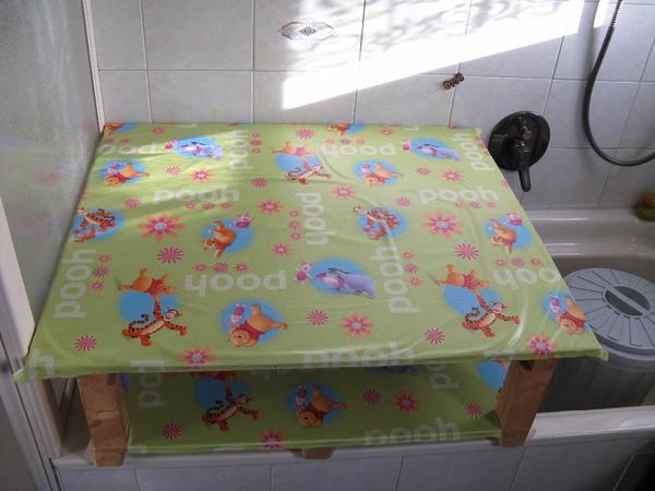 wickeltisch f r badewanne geeignet gro und stabil viel platz f r windeln kleider und. Black Bedroom Furniture Sets. Home Design Ideas