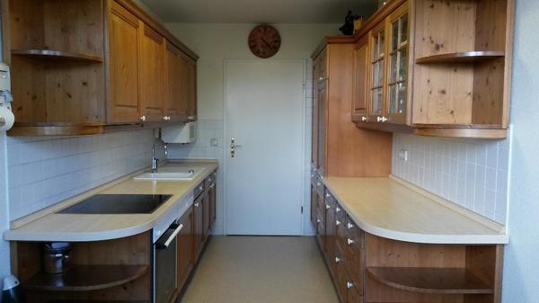 die k che mit massifholzfront besteht aus zwei geraden parallelen k chenzeilen die jeweils 3 10. Black Bedroom Furniture Sets. Home Design Ideas
