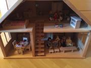 Altes Puppenhaus aus