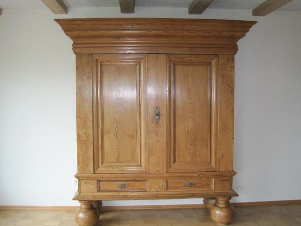 Antiker Schrank, 17. Jahrhundert, - Schwegenheim - Massivholz, H/ 2,20m, B/ 2,00m, T/ 0,73m,bzw. mit 5 Füße, in 3 Teile zerlegbar. - Schwegenheim