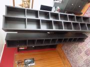 DVD und Bücherregale