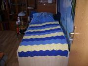 Ein gut erhaltenes massives Bett