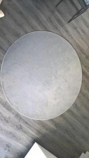 hellgrauer, runder Teppich
