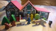 Holzbauernhof mit Figuren Bäumen Tieren