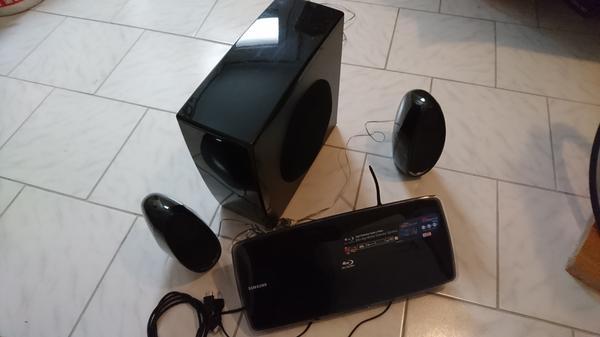Home Cinema System 2. 1 Samsung - Roth - Blue Ray Home Cinema System 2.1 Samsung. Wenig benutzt. Blue Ray lief zuletzt nicht. - Roth