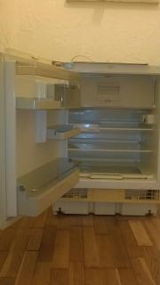 Kühlschrank mit Halterungen