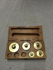 Messinggewichte in Holzbox antik