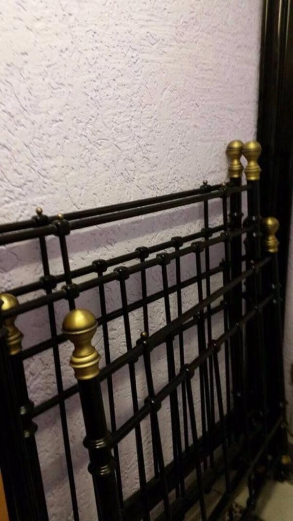 Schwarzes Metallbett metallbett metallgestänge bett gestänge schwarz gold metall