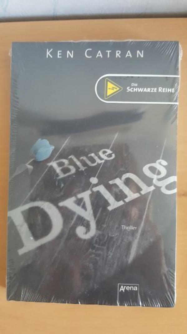 Neues Buch Blue Dying Thriller - Ostfildern - Ich verkaufe hier ein neues Original verpacktes Buch Blue Dying Thriller Das ist Sie - Sheril Anderson.Du weißt doch, die Freundin von dem Serienmörder, dersich Blue genannt hat. Sie behauptet, Sie hätte von nichts eine Ahnung gehabt. ist  - Ostfildern