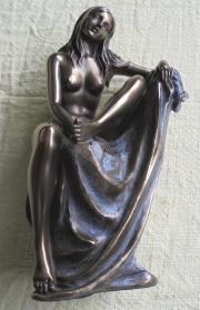 schöne sitzende Frauenfigur