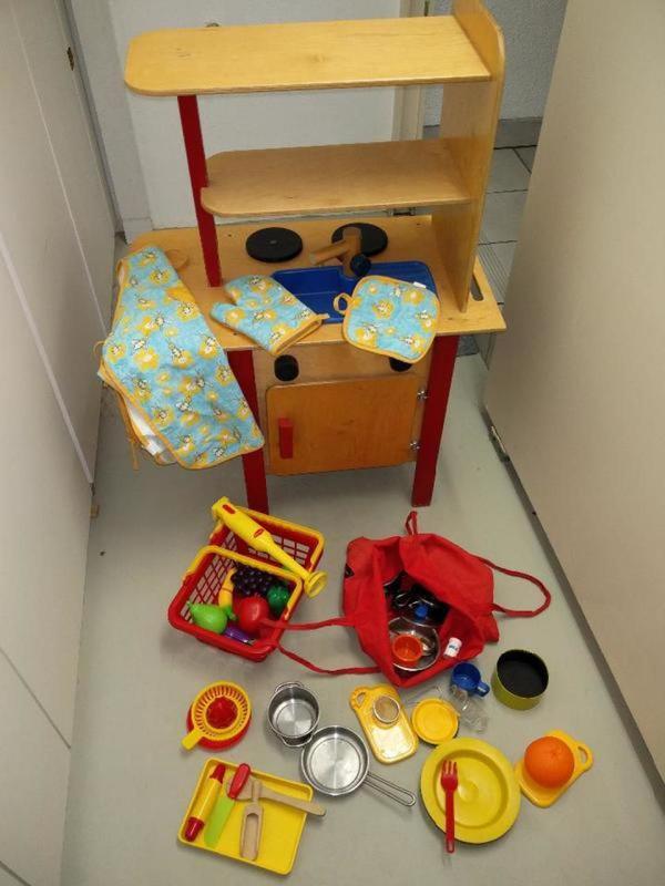 Tolle Holz Spielküche für Kinder 90 cm hoch und 58 breit. Mit all den Zubehör. - Sulzbach - Tolle Holz Spielküche für Kinder 90 cm hoch und 58 breit. Mit all den Zubehör. Unsere Kinder haben stundenlang damit gespielt und uns tolle Gerichte zubereitet ;-) - Sulzbach