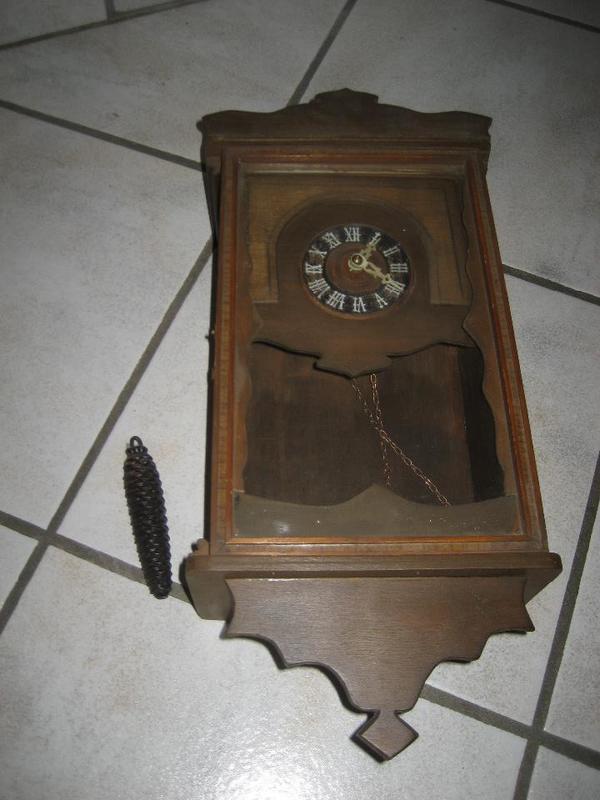 uralte Uhr Wanduhr Pendeluhr mit