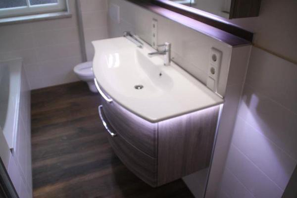 Waschtisch und spiegelschrank in gr nwald bad for Bad waschtisch mit spiegelschrank
